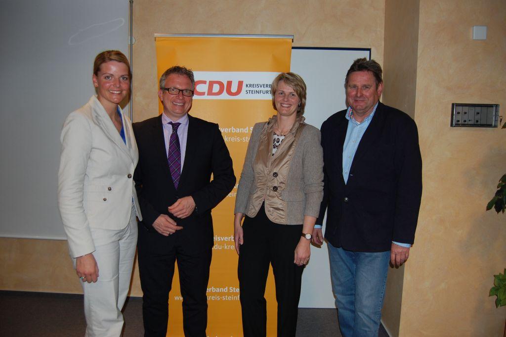 Freuten sich über eine gelungene CDU-Zukunftswerkstatt in den Räumen der Kreishandwerkerschaft in Rheine (v. l. n. r.):  Christina Schulze Föcking (CDU-Kreisvorsitzende), Frank Tischner (Geschäftsführer der Kreishandwerkerschaft), Anja Karliczek (CDU Bundestagskandidatin) und Paul Laukötter (Energieberater)
