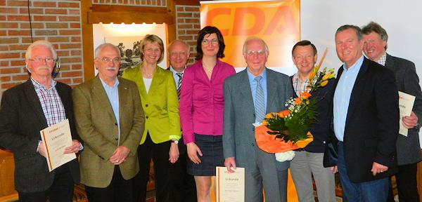 Karl-Heinz Hagedorn (2.v.r.), Anja Karliczek (3.v.l.) und Gabi Comos-Aldejohann (Mitte) mit den Jubilaren