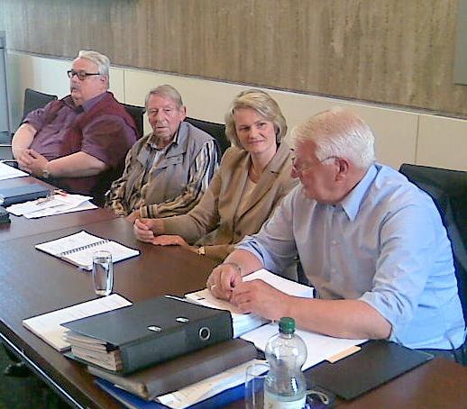 Anja Karliczek wird vom Fraktionsvorsitzenden Jürgen Diesfeld (r.)  begrüßt und  steht der Fraktion Rede und Antwort
